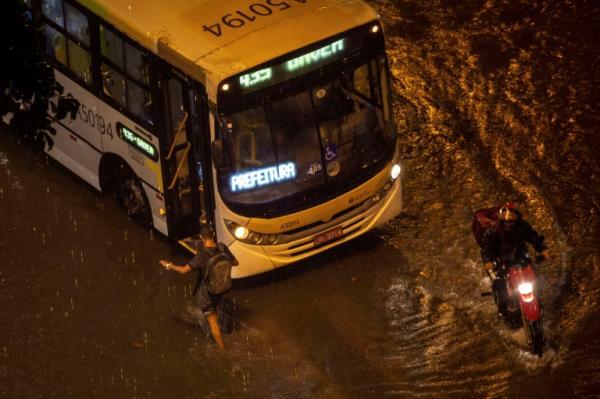 Fortes chuvas provocam caos no Rio e deixam um morto