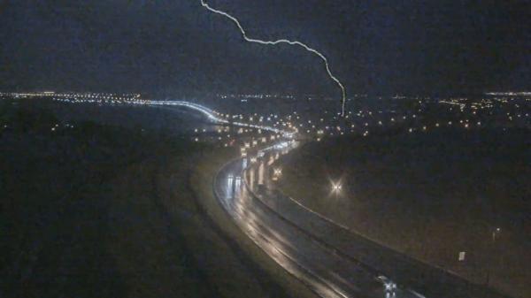 VÍDEO: câmeras flagram queda de raio em Brasília