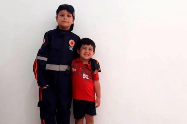 Aluno do projeto Samuzinho e o primo de três anos (Foto: divulgação/FMS)