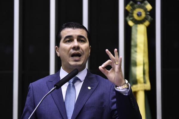 Deputado Federal é acusado de aplicar golpes milionários no Brasil e nos EUA