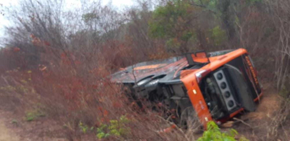 Ônibus da Empresa Catedral tomba na BR-135 e deixa 04 mortos e feridos