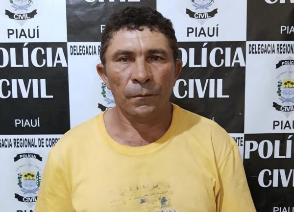 Homem suspeito de estuprar engravidar a própria filha de 12 anos é preso em corrente