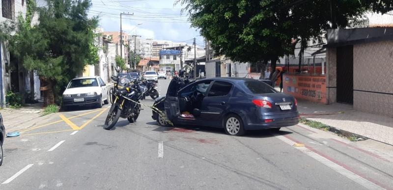 Homem mata esposa a tiros e joga vítima de carro em movimento no Nordeste