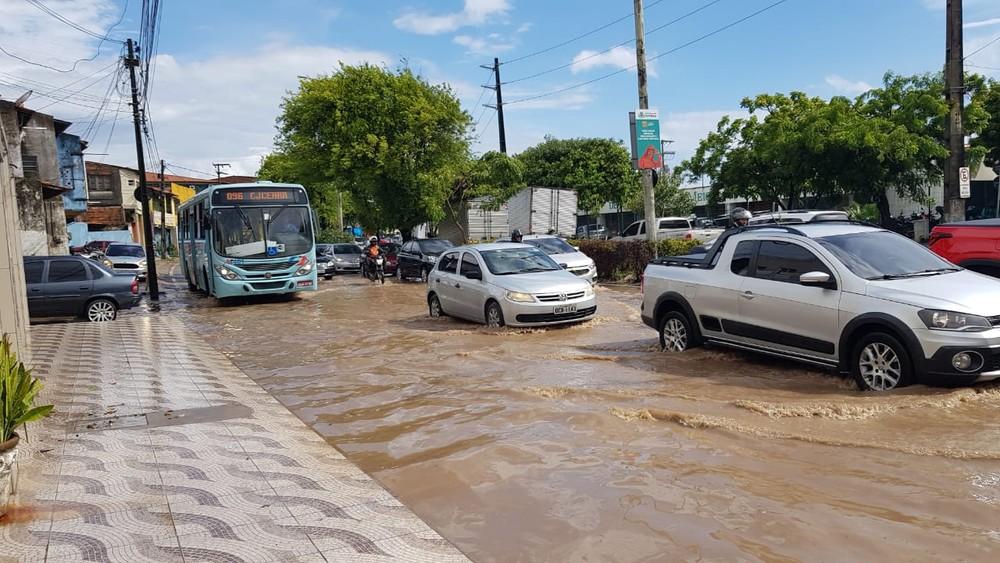 Chuva alaga ruas e avenidas em Fortaleza nesta quarta-feira