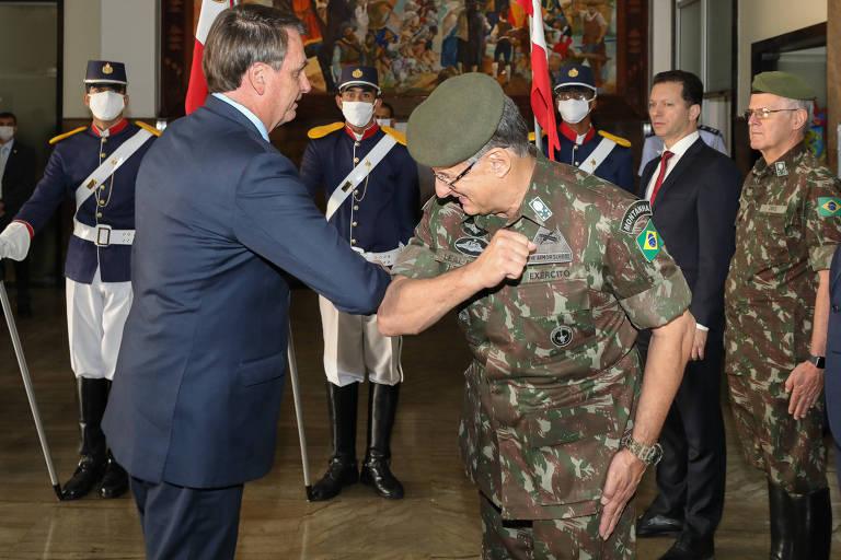 Bolsonaro tenta cumprimentar militares com a mão, mas 'ganha' cotovelos