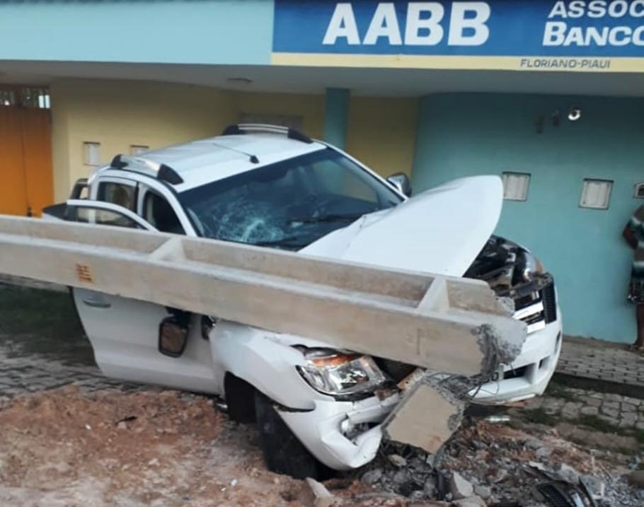 Motorista perde controle do carro que vinha de Cristino Castro e derruba poste em Floriano
